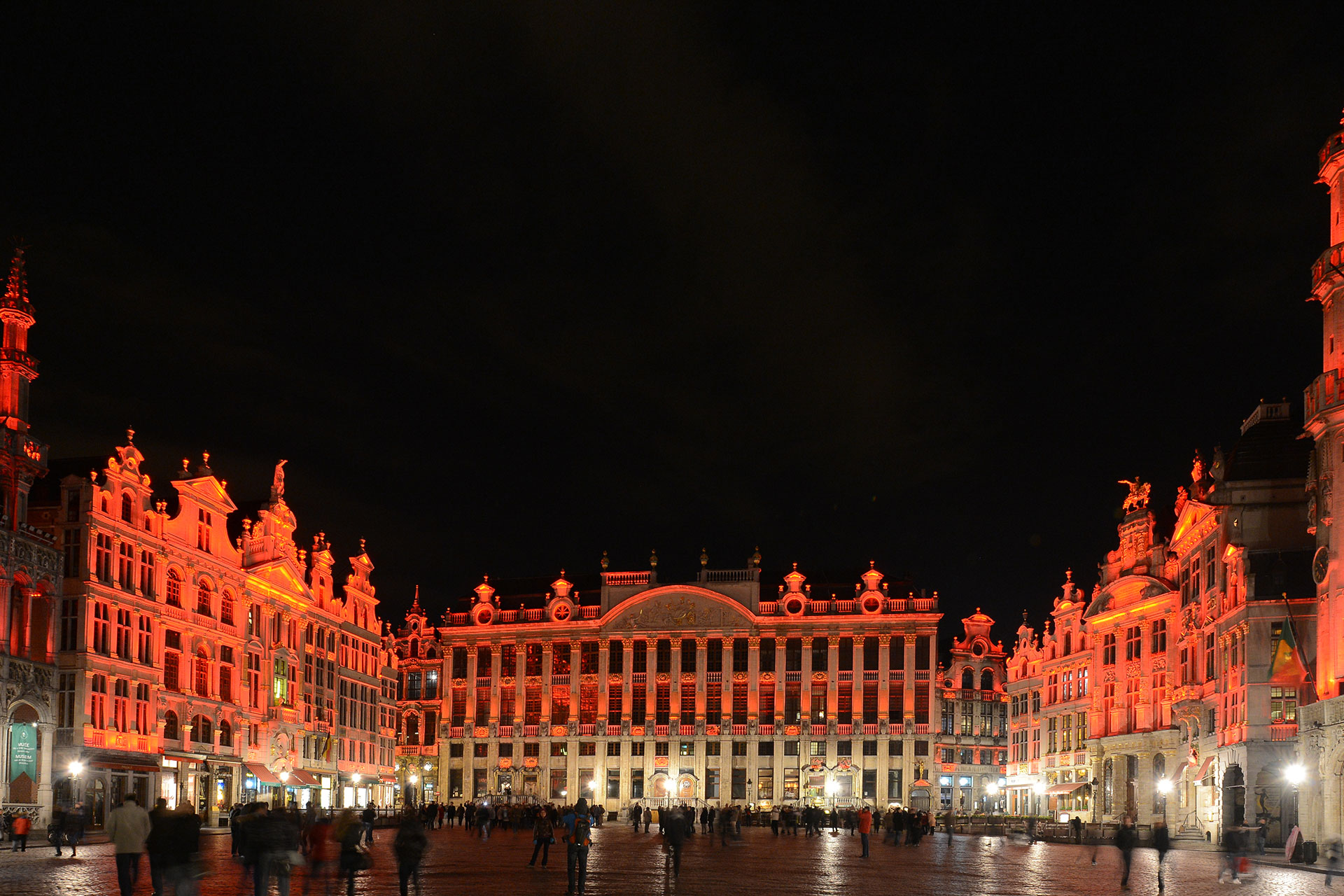 he intensity and colour of each LED floodlight on Grand Place in Brussels can be adapted independently thanks to a central control system